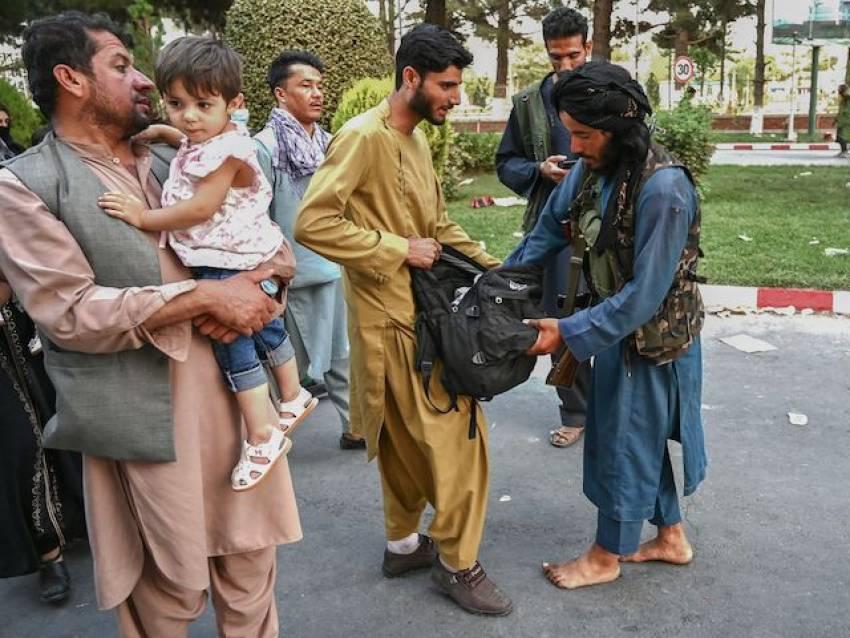 Afganistan: Talibanii ucid toate persoanele care au Biblia instalată pe telefon